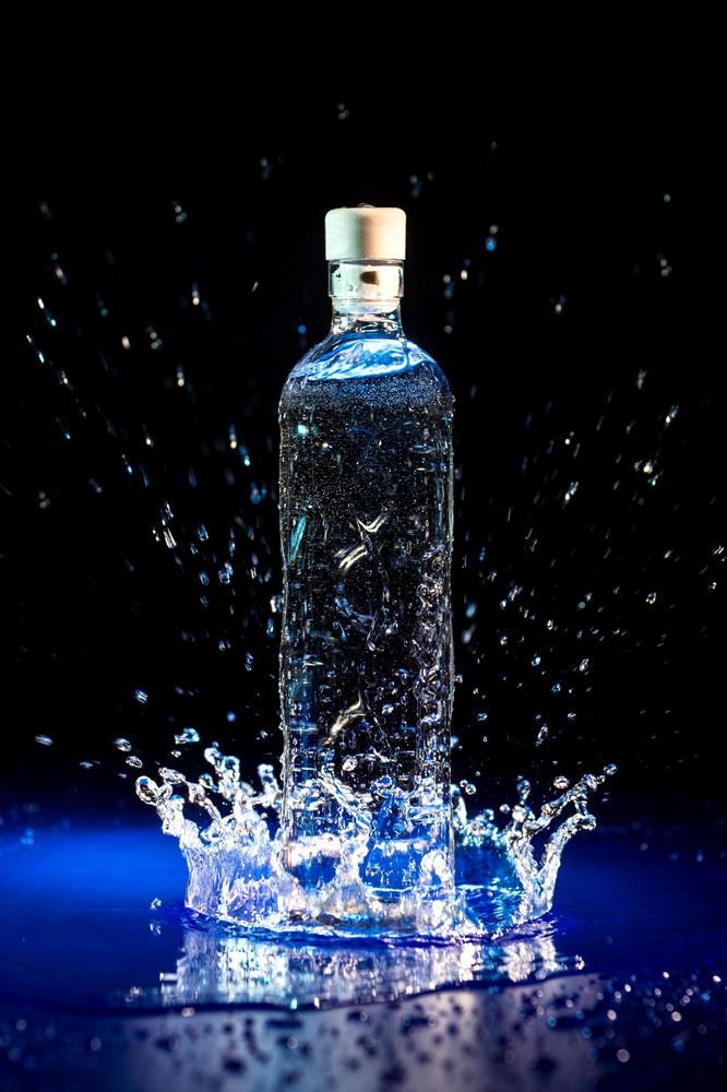 Flaška je izdelana iz robustnega stekla